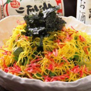 錦糸卵のほのかな甘みとごま油で炒めた香ばしい桜エビの香りが楽しめる善ぞうオリジナルのサラダです。